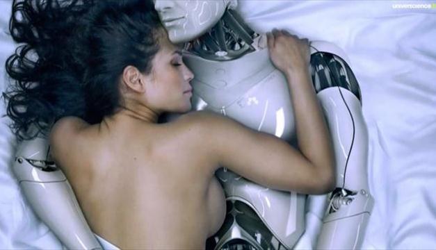 robot avec une femme nue dans un lit